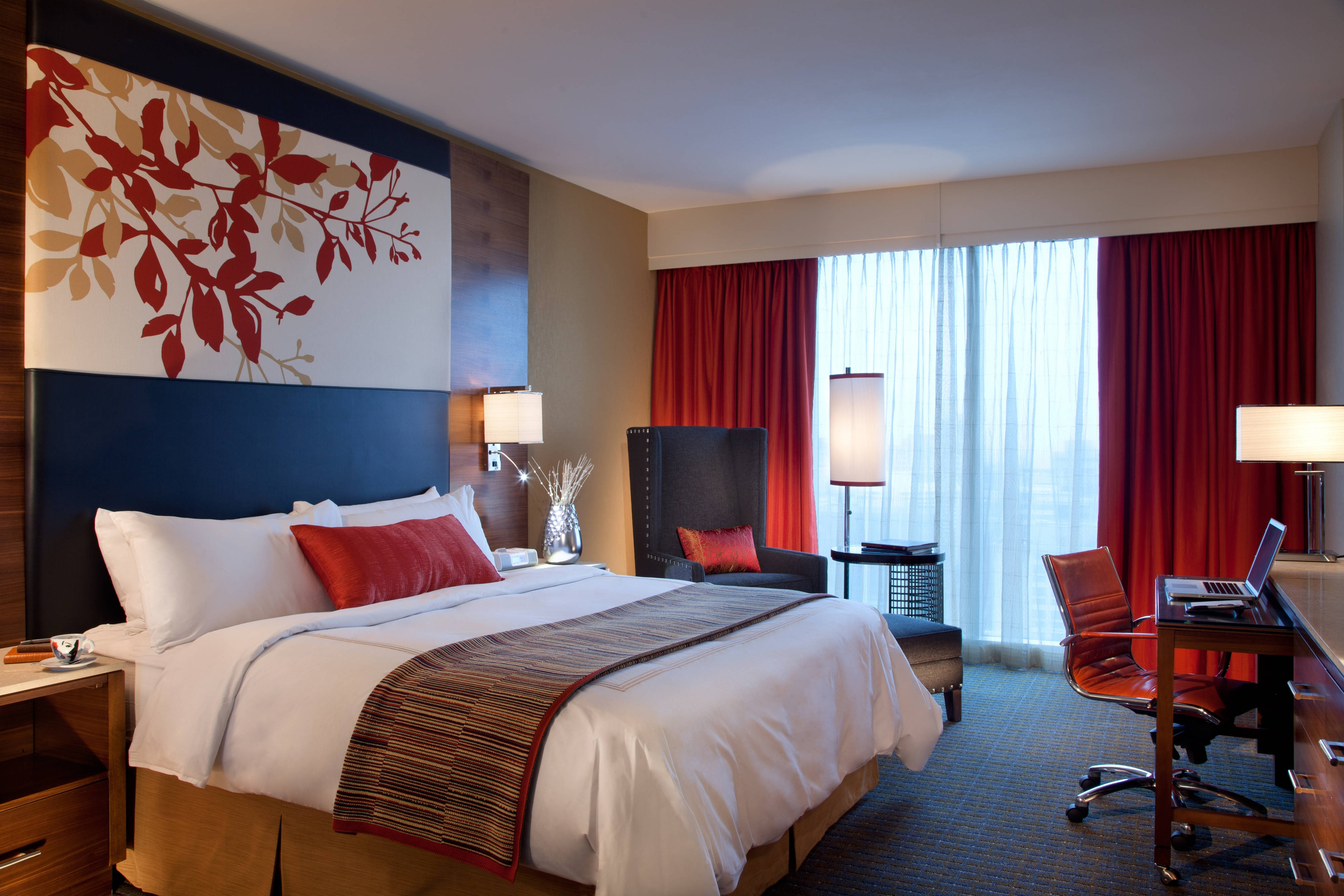 luxury hotel suites in downtown indianapolis indiana. Black Bedroom Furniture Sets. Home Design Ideas