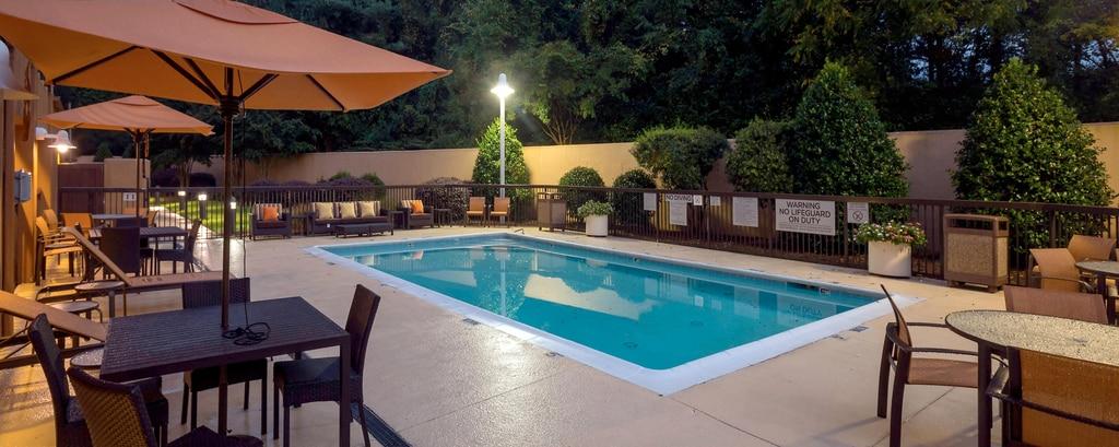 piscina del hotel en winston-salem