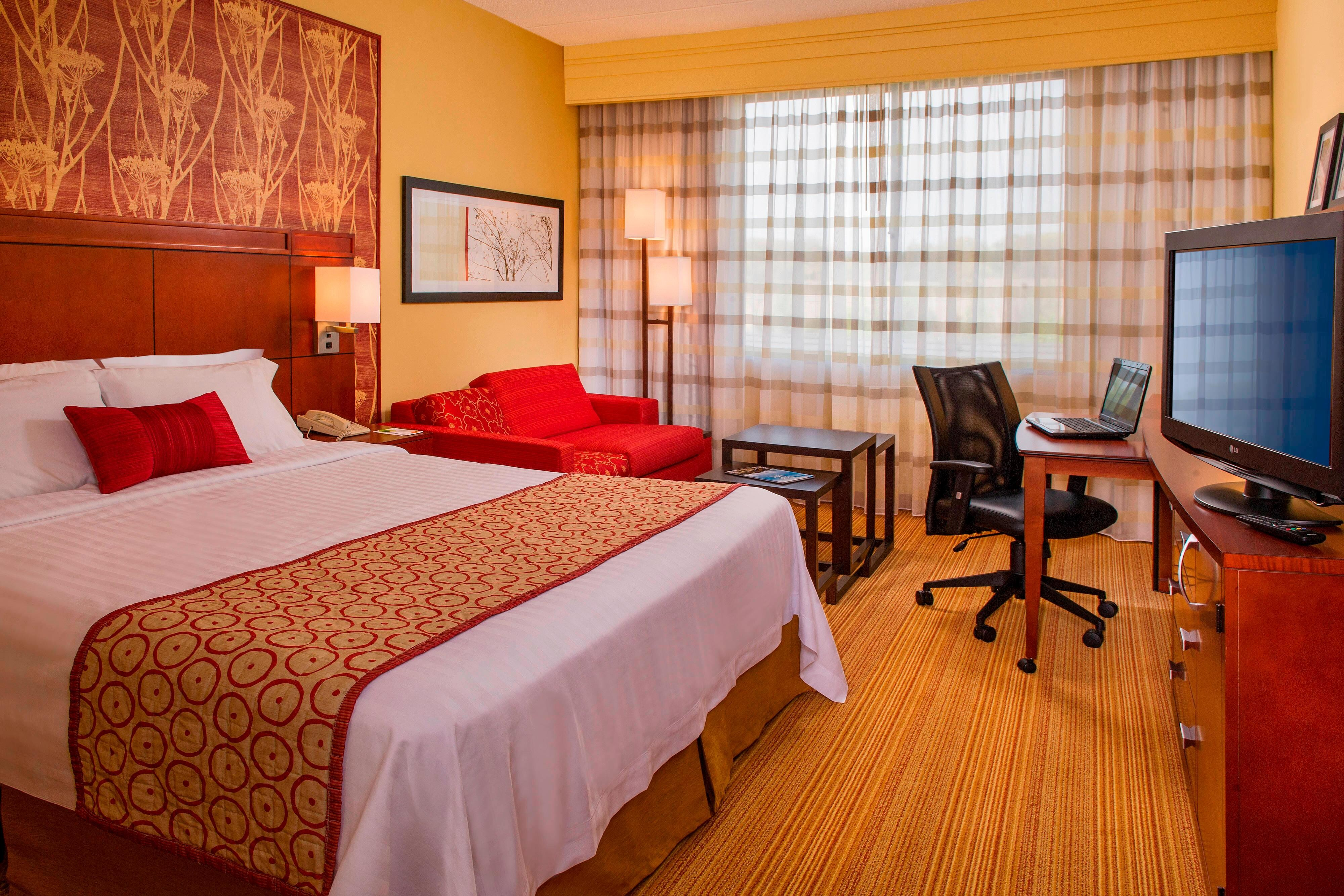 Hotel Rooms in Long Island with Jacuzzis - Courtyard