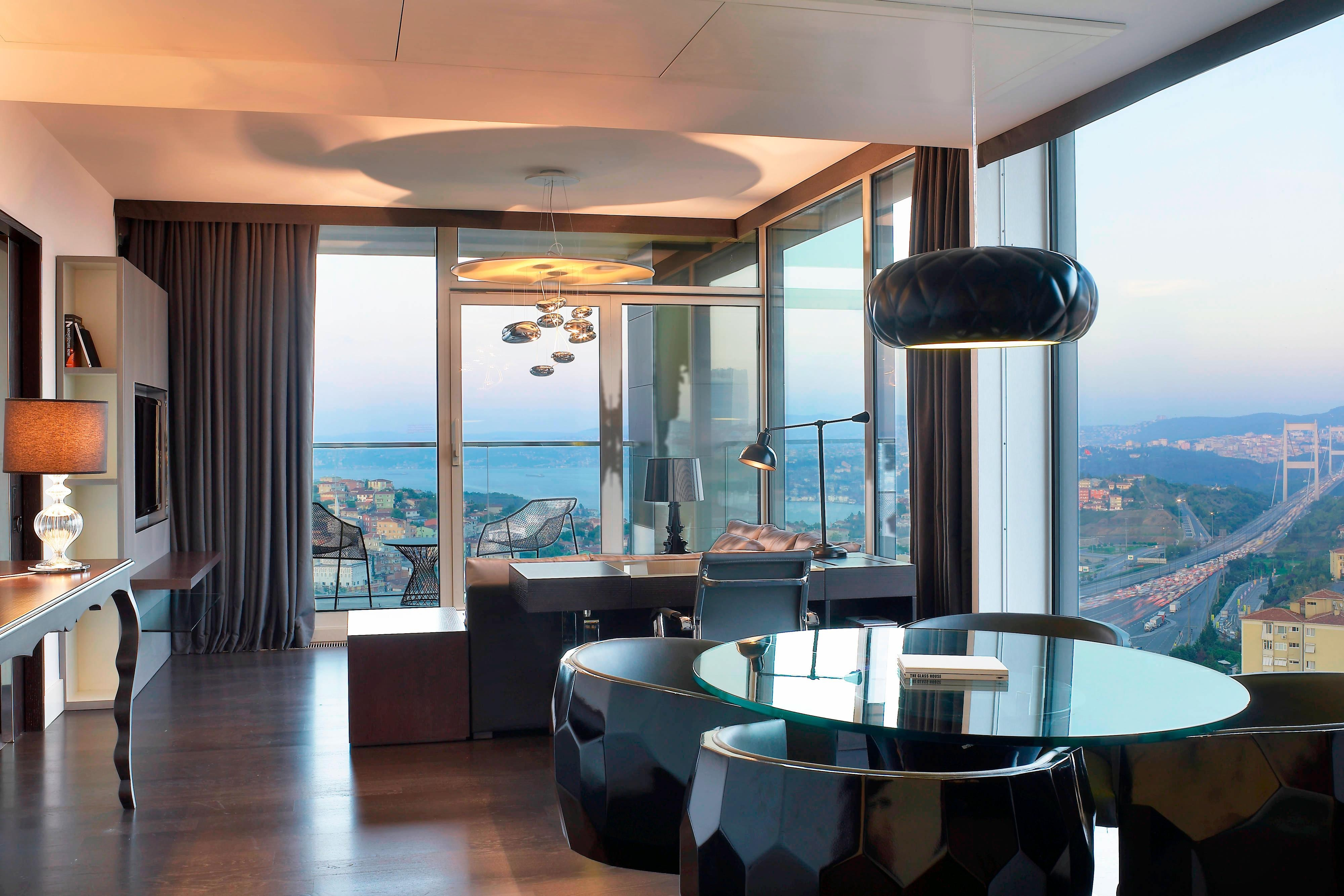 Executive Suite - Living Room with Bosphorus View