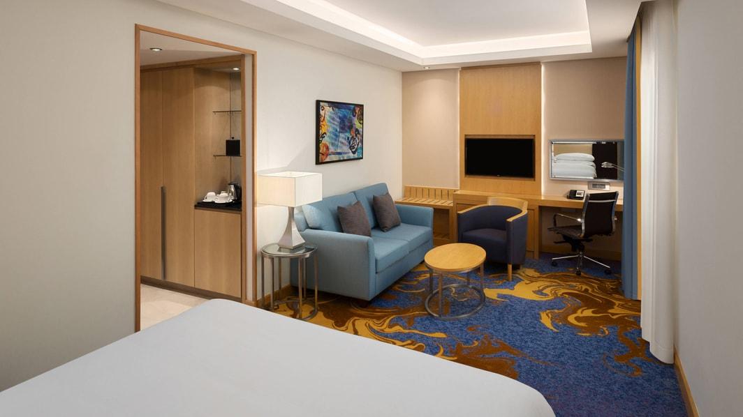 غرفة نزلاء تضم سرير كينج