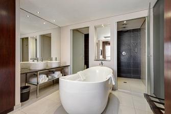 Salle de bains ouverte d'une suite à une chambre