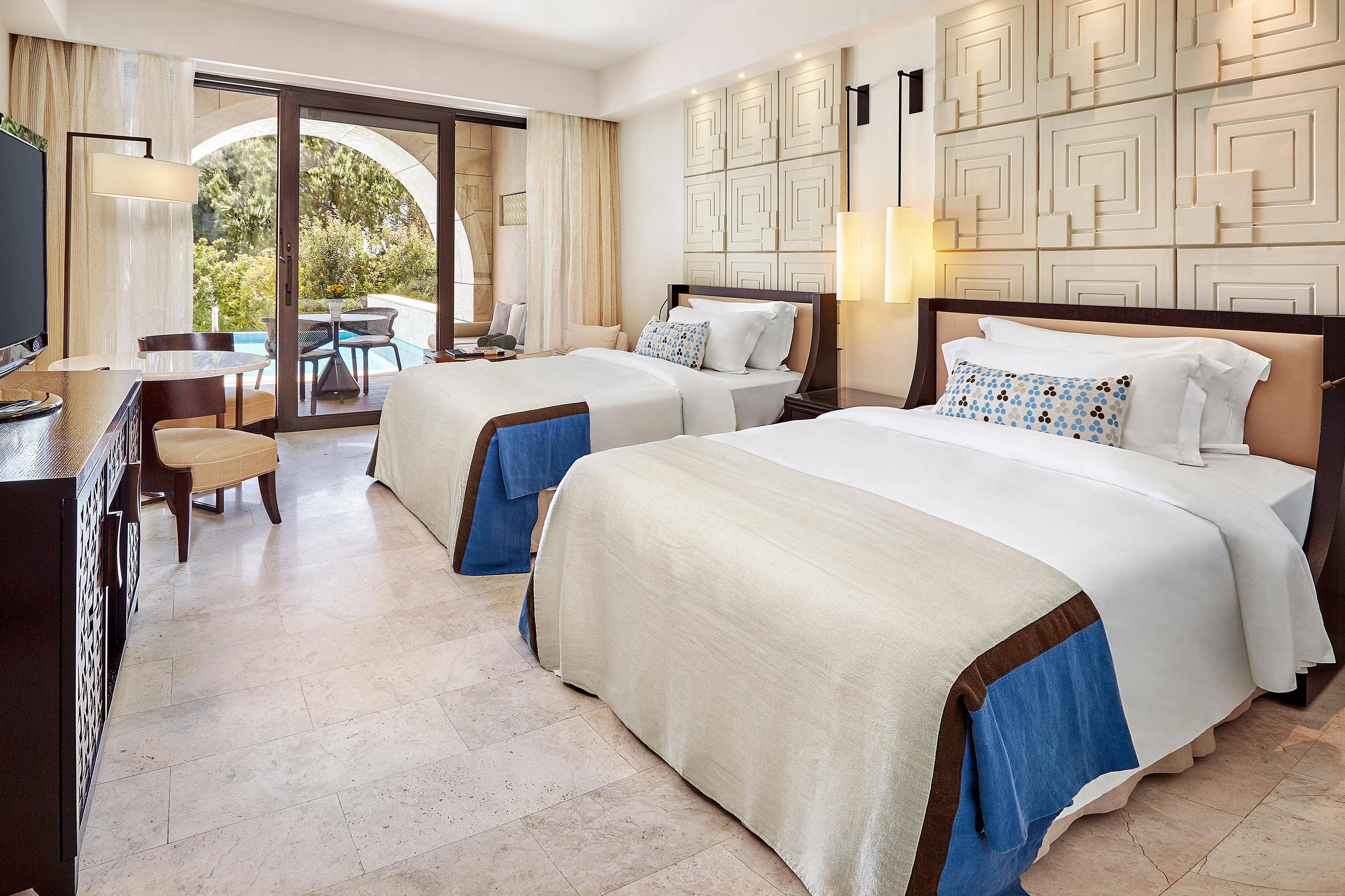 Номер с видом на сад, панорамным бассейном и 2 односпальными кроватями