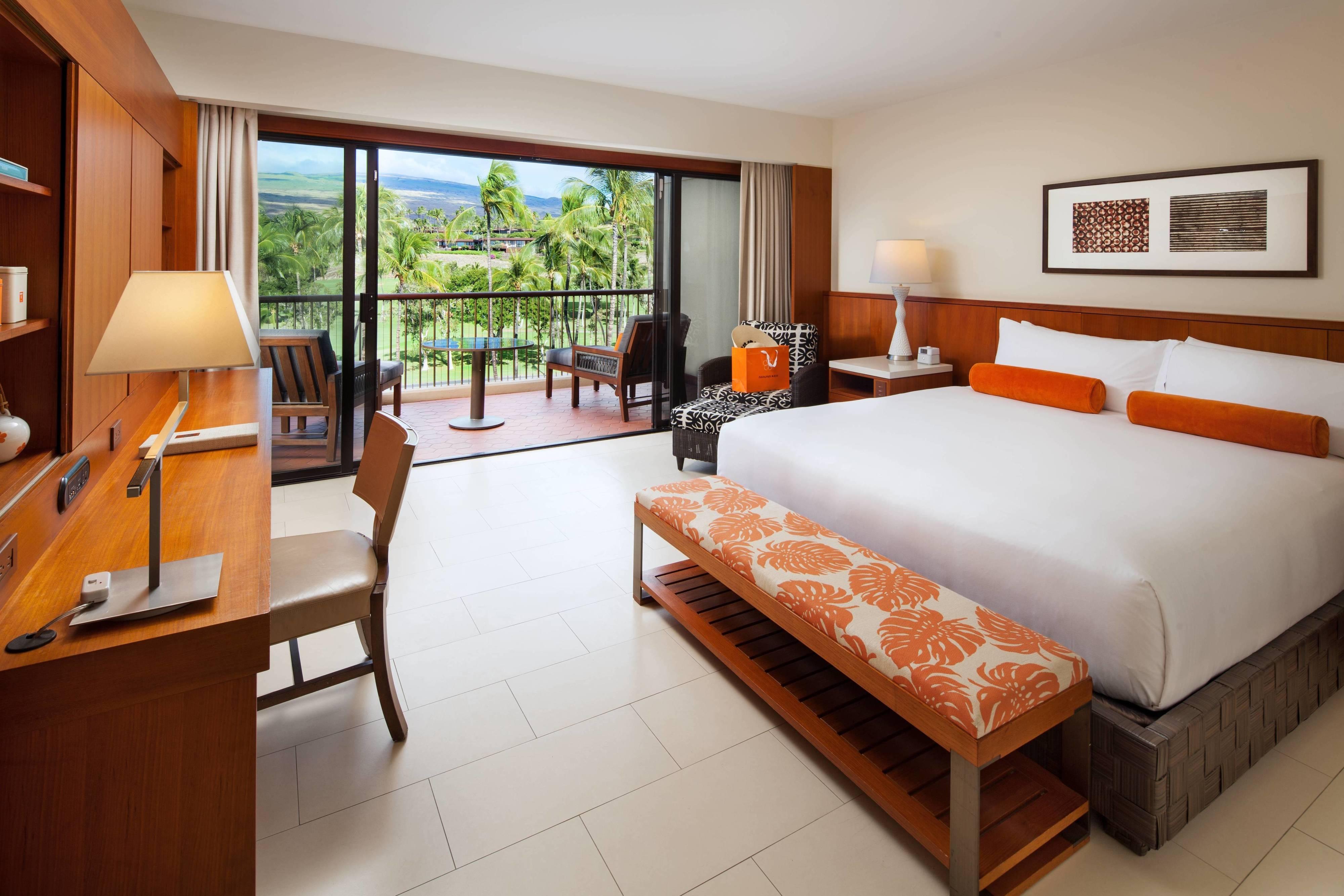 Gästezimmer mit Kingsize-Bett– Blick auf den Golfplatz
