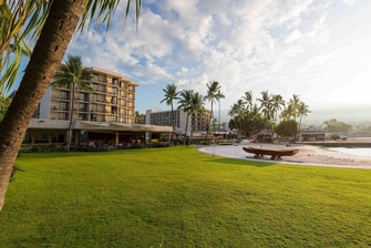 Kona beachfront hotel event lawn