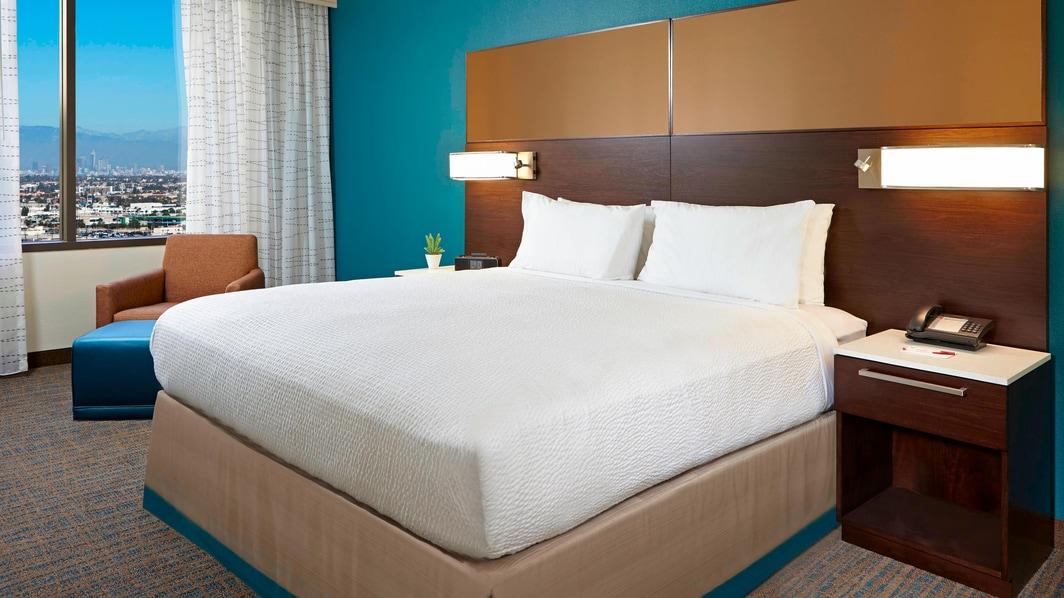Schlafzimmer einer Suite mit einem Schlafzimmer