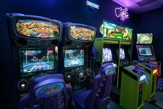 Sala de juegos y área de mercado