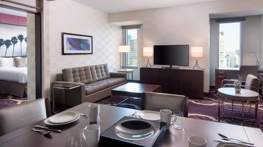 Отель Residence Inn L.A. LIVE—гостиная люкса с двумя спальнями