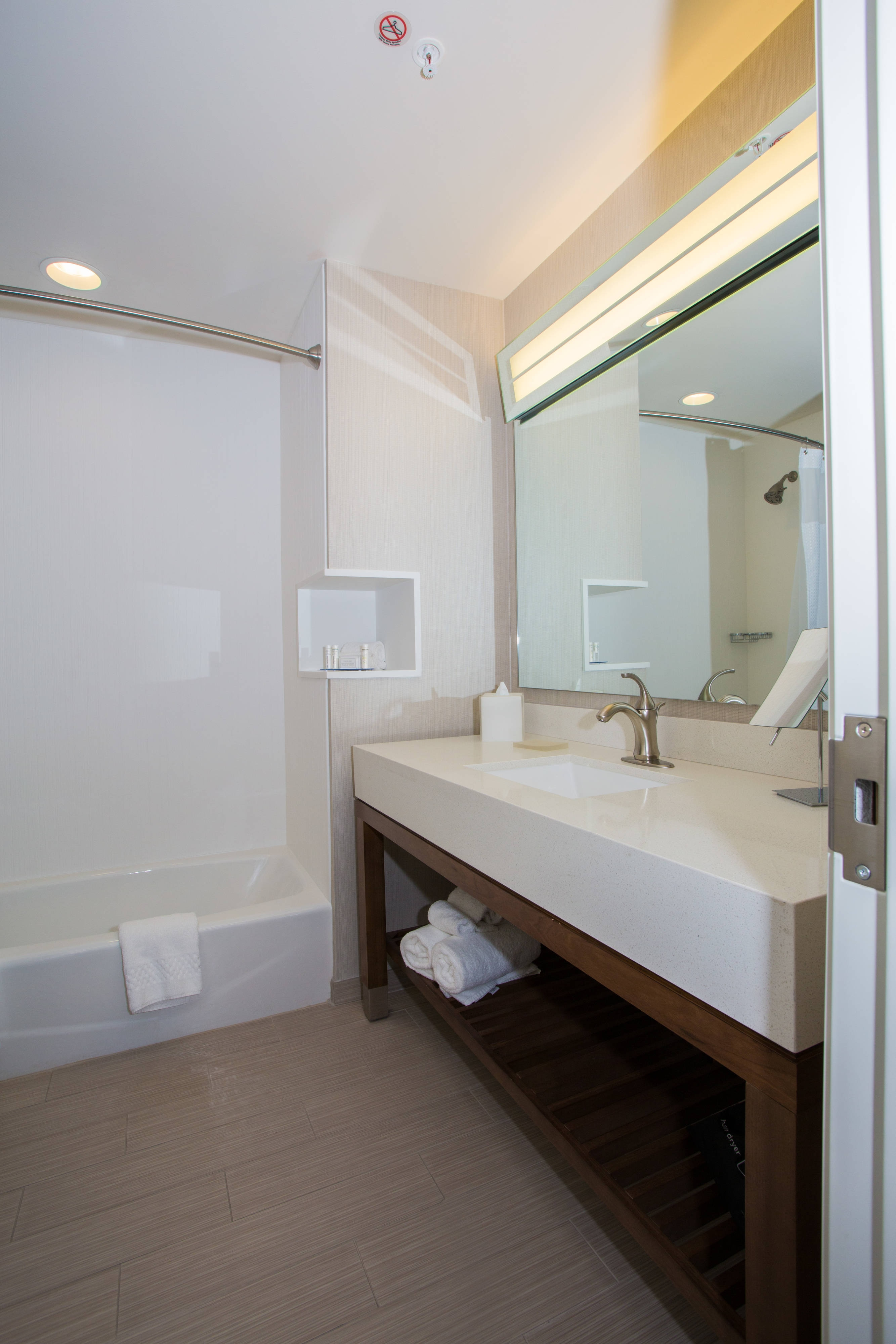 Queen/Queen Guest Room Bathroom