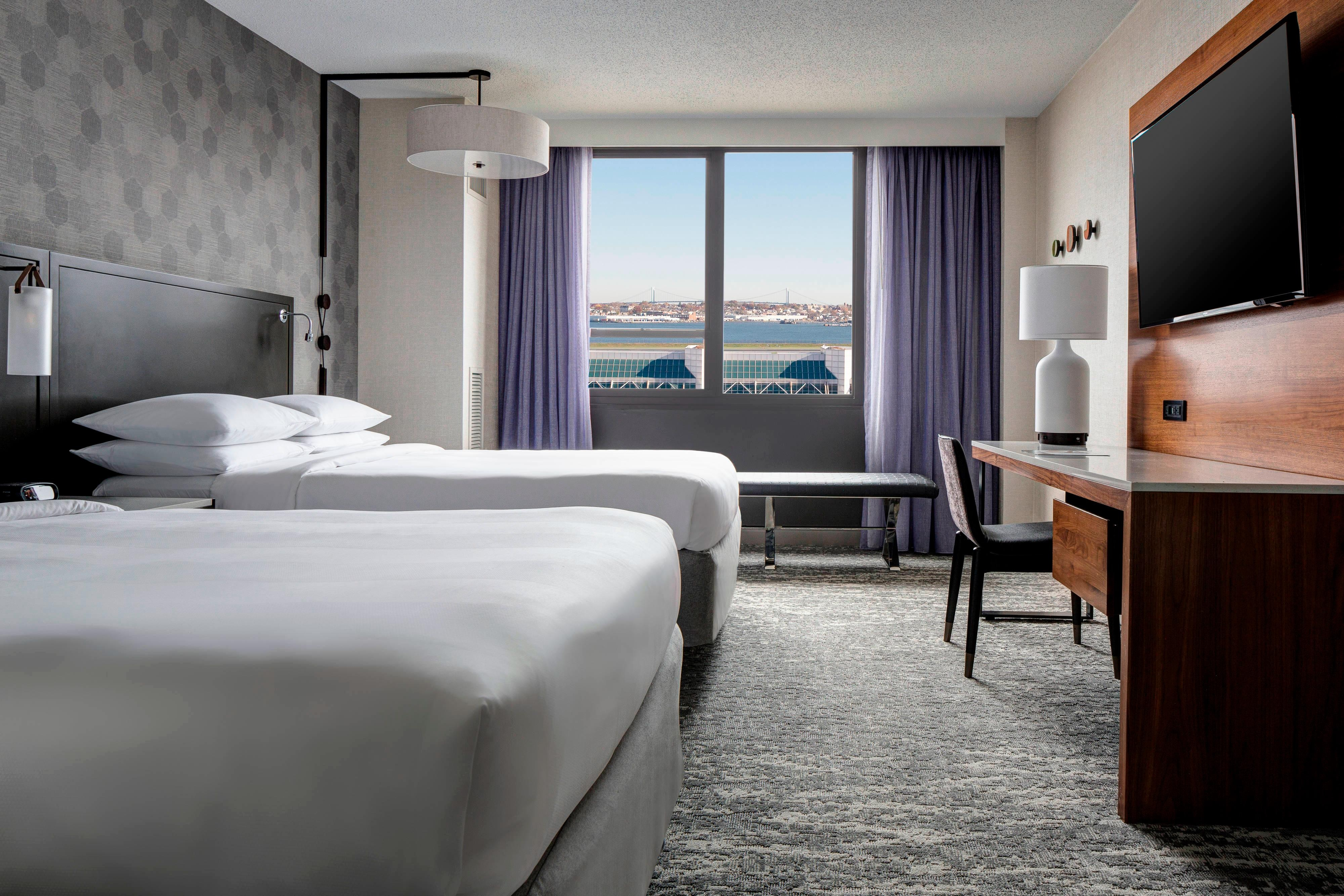 Double/Double Guest Room - Airport View