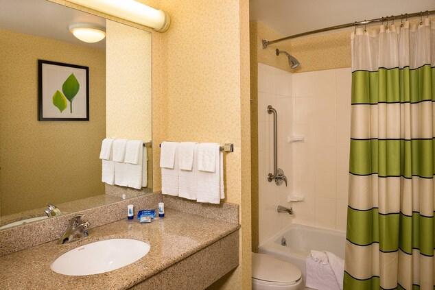 LaGuardia hotel guest bathroom