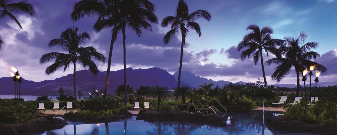 Piscina al aire libre en el resort de playa de Kauai
