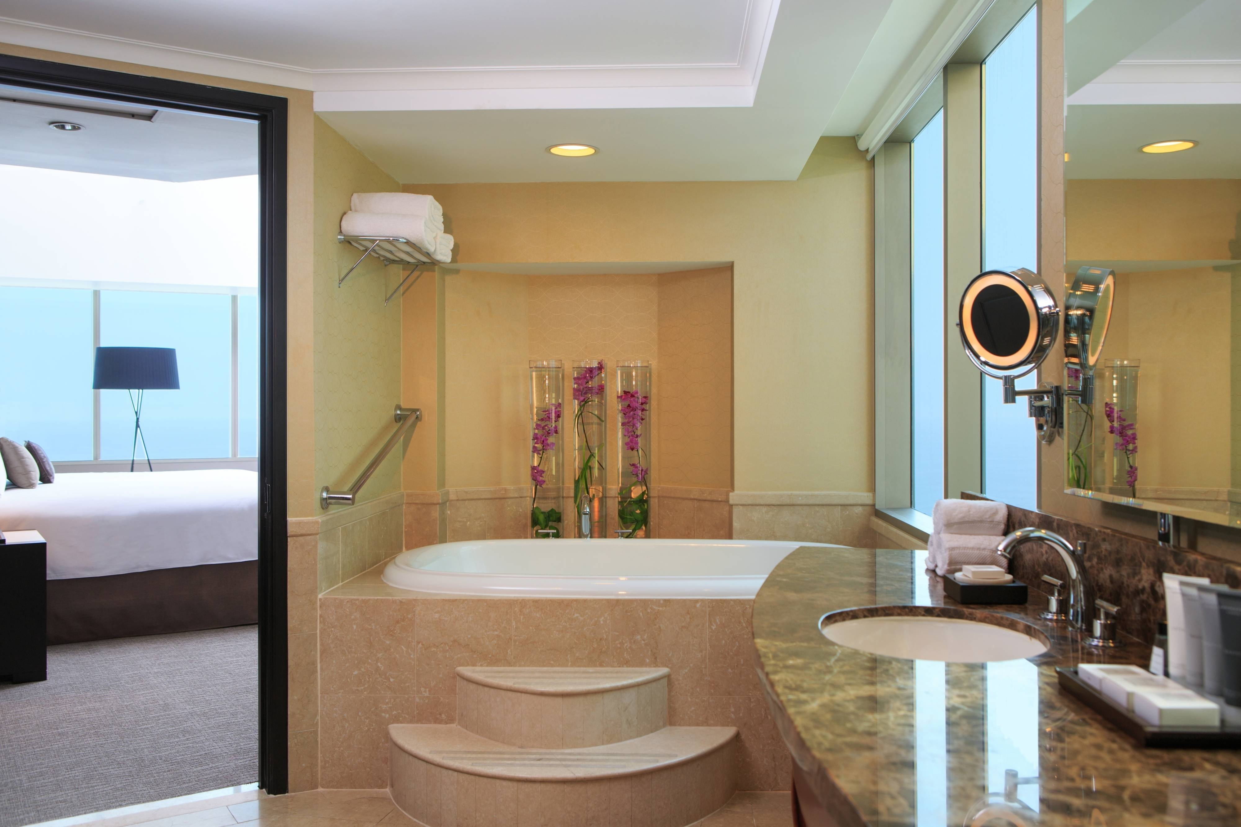 Lima suite with whirlpool