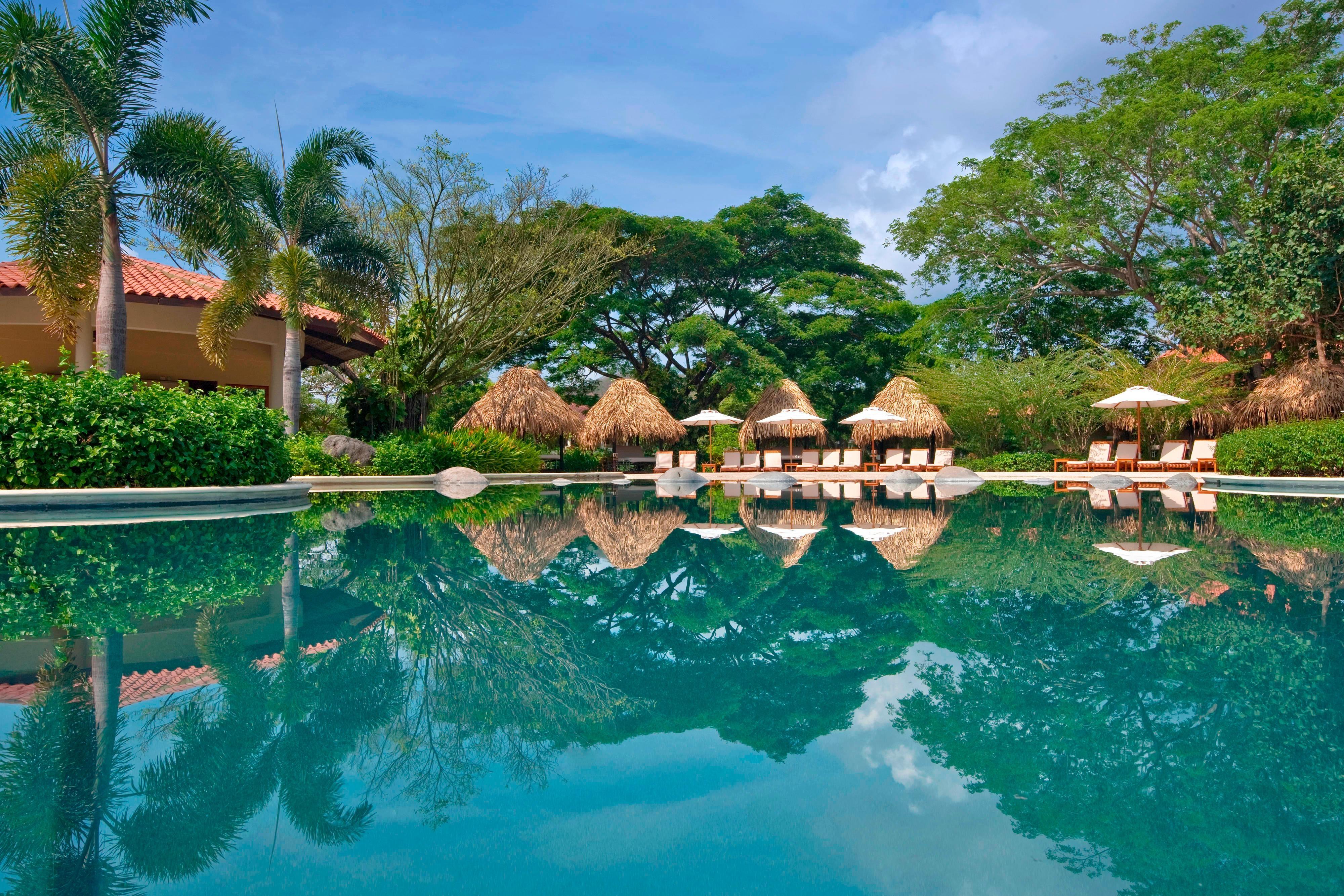 Royal Beach Club, piscina privada y camas balinesas