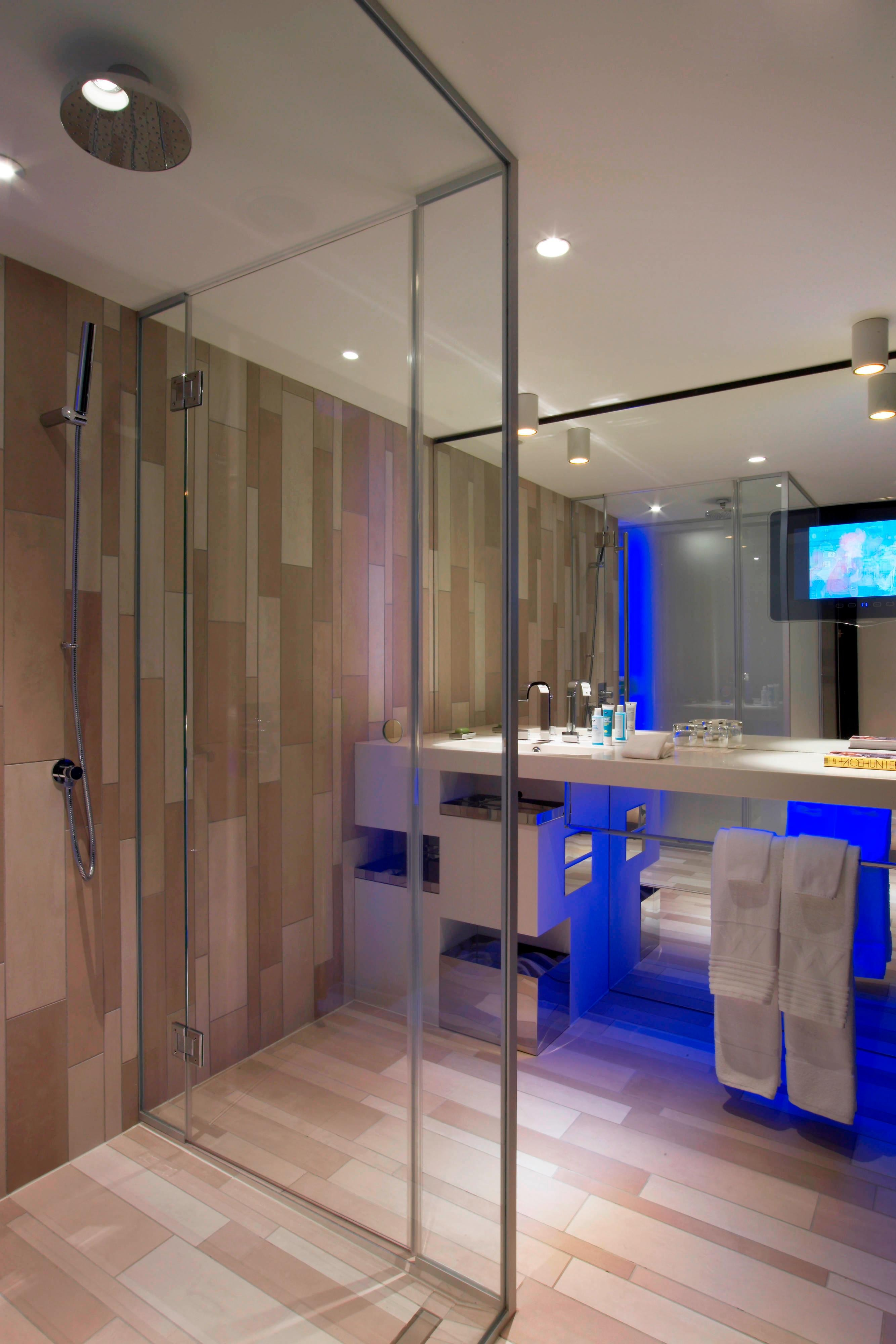 Cool Corner Room - Bathroom