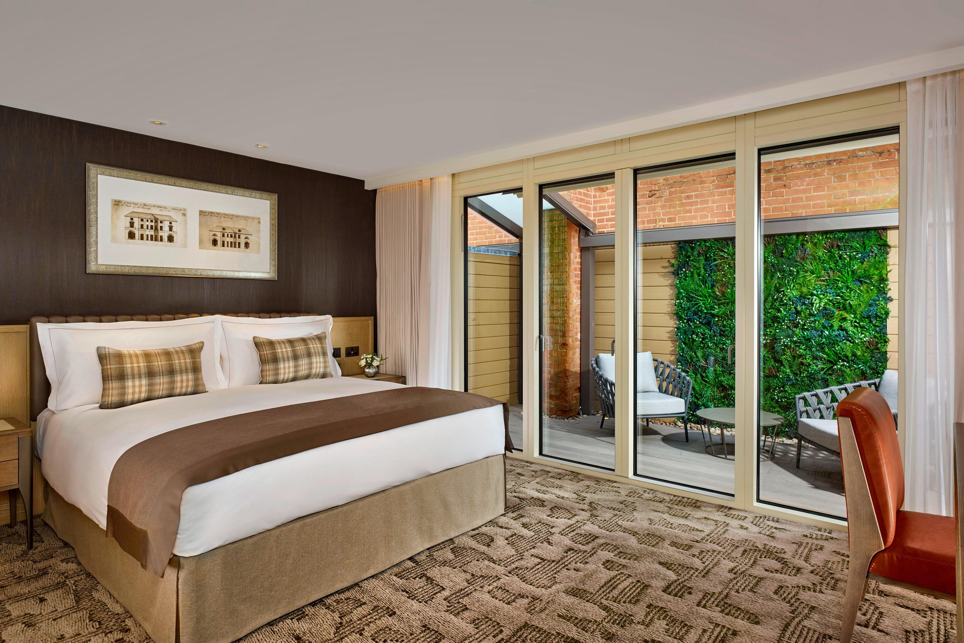 Chambre accessible aux personnes à mobilité réduite du bâtiment Brew House avec lit king size, côté jardin