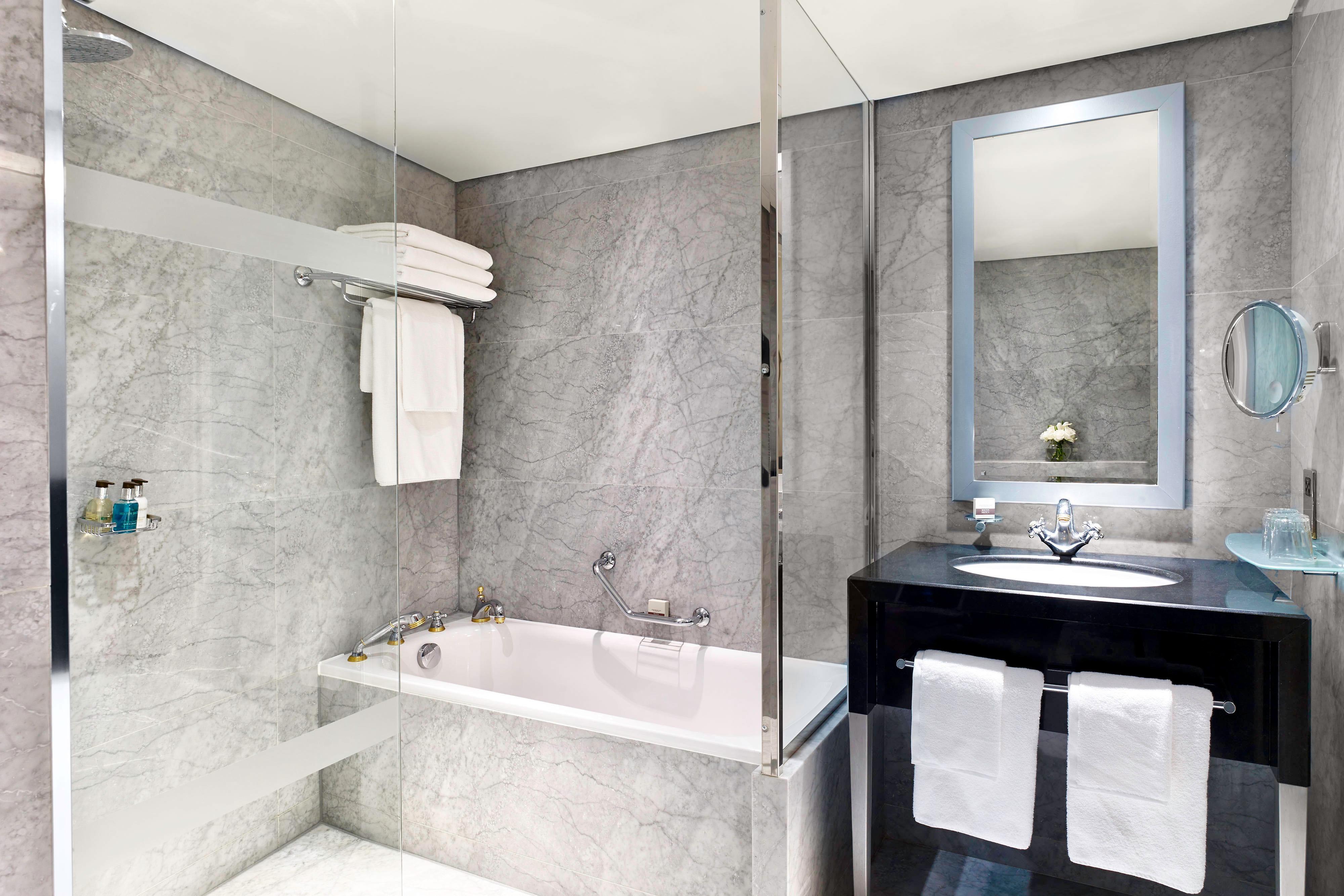 The Hyde Park Penthouse Suite - Main Bathroom