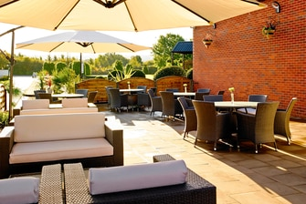 Patio extérieur du Waltham Abbey Marriott Hotel