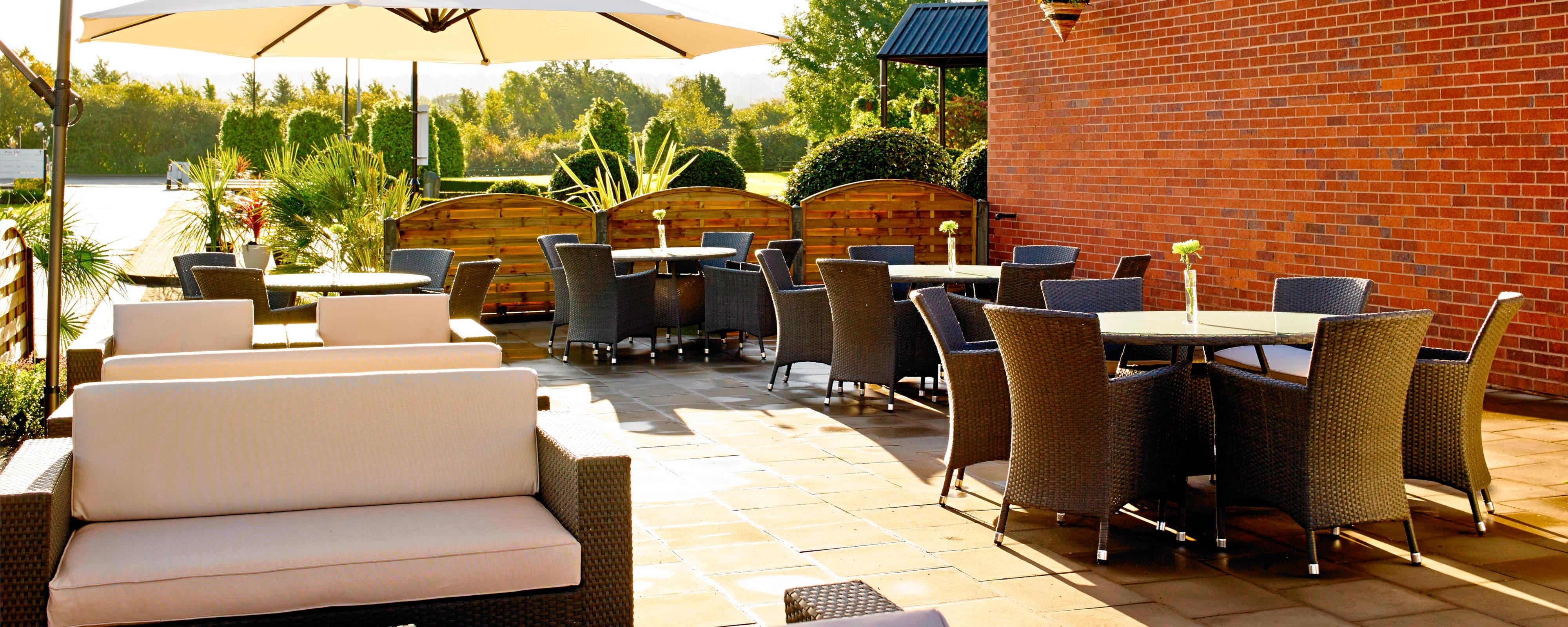 Patio exterior del Waltham Abbey Marriott Hotel