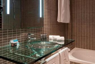 Baño de la habitación estándar del hotel