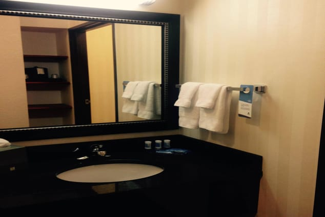 Fairfield Inn & Suites Kansas City Airport Suite Bathroom