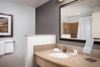 CY Kansas City-Shawnee Guest Bathroom