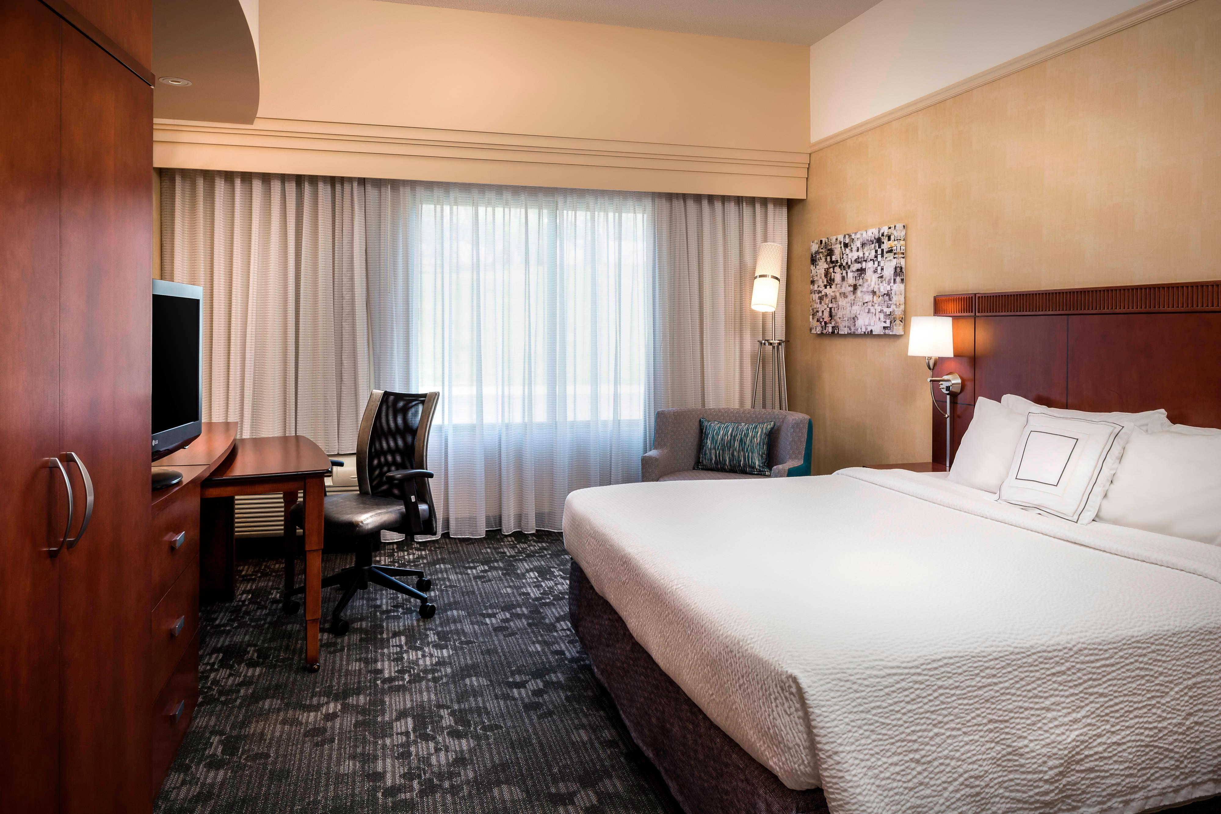 CY Kansas City-Shawnee Spa King Guest Room