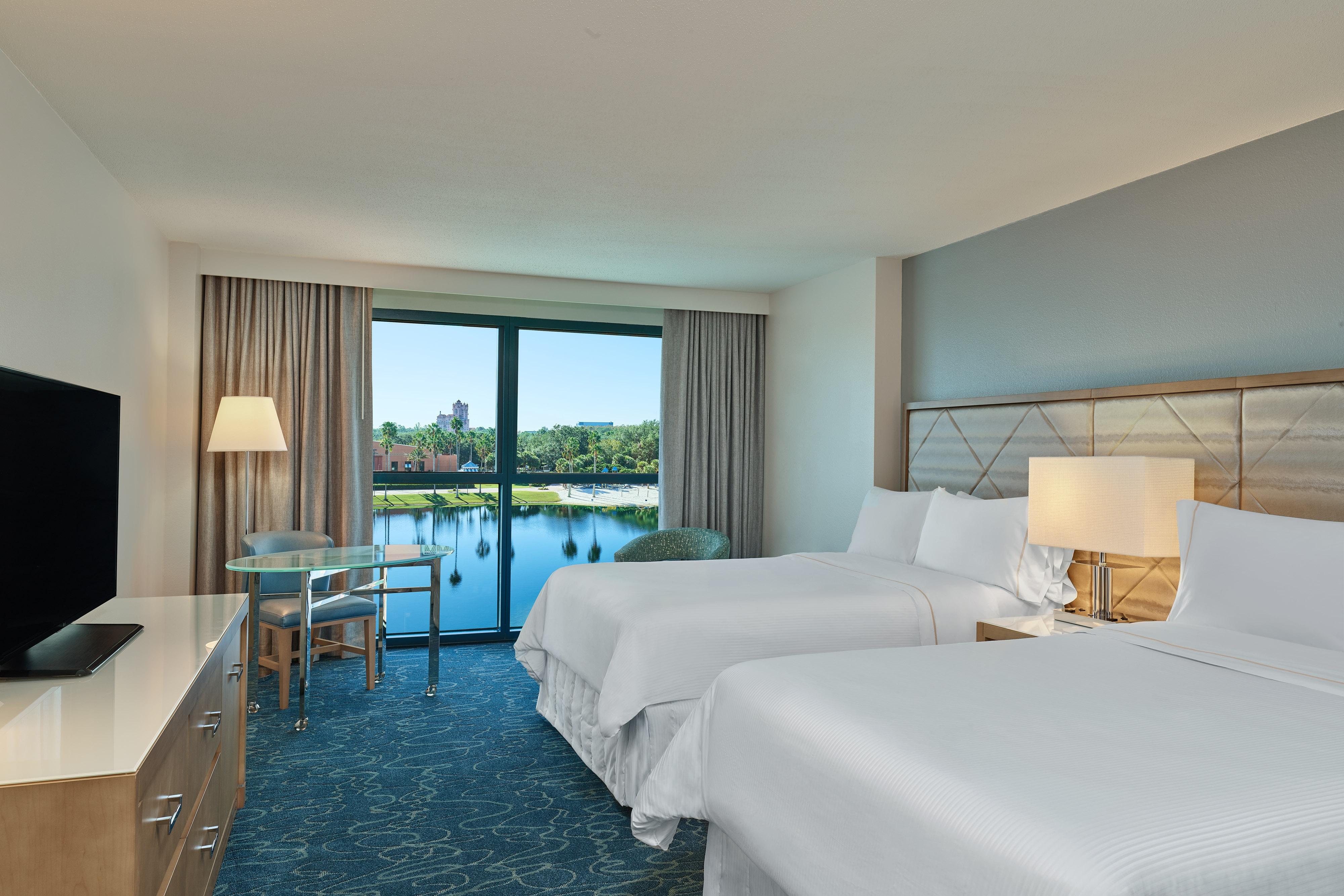 Gästezimmer mit zwei Doppelbetten und Lagunenblick