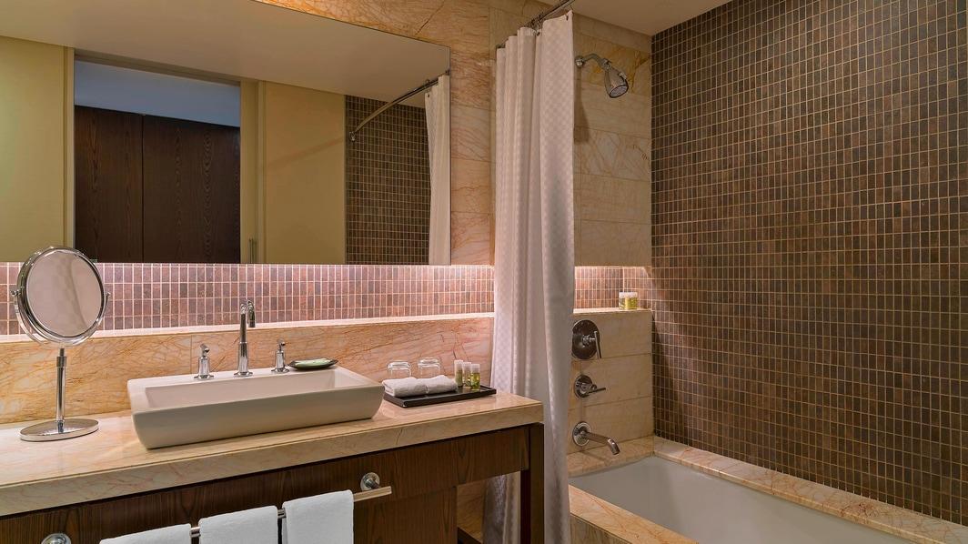 Badezimmer des traditionellen Zimmers mit Stadtblick
