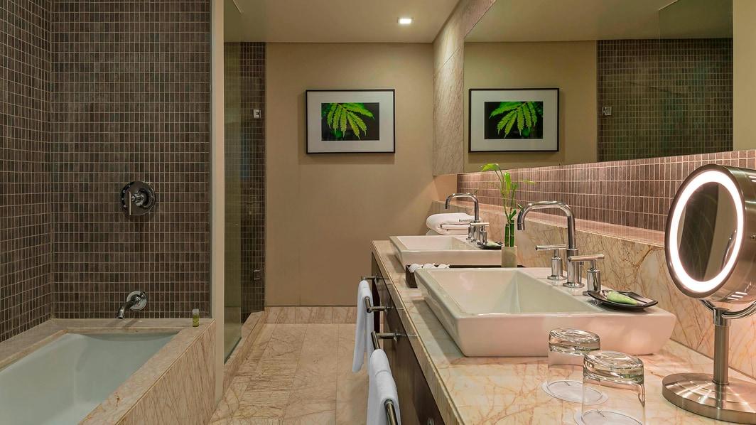 Badezimmer der Premium Suite mit Talblick