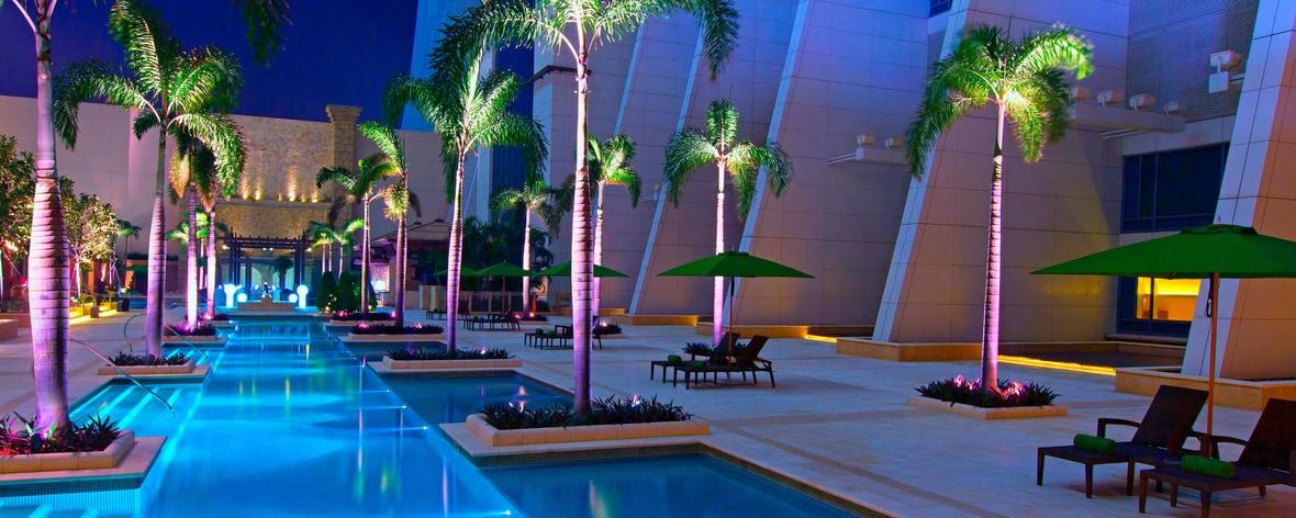 Jaya-Pool-Anblick bei Nacht