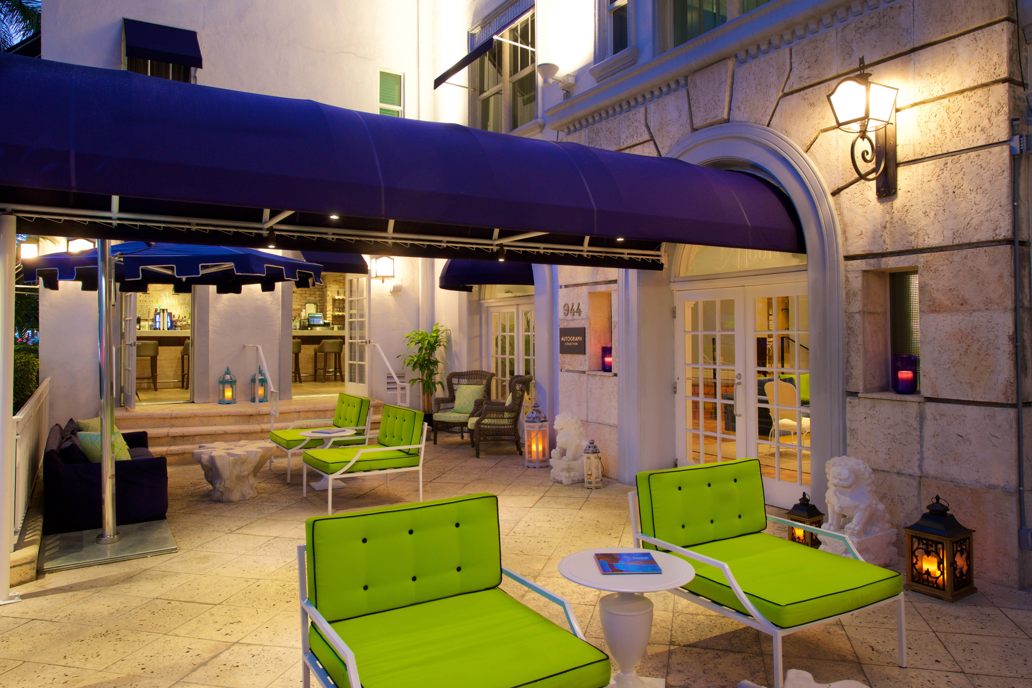 Blue Moon Hotel Front Patio