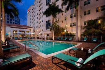 Hotel con piscina al aire libre en Aventura