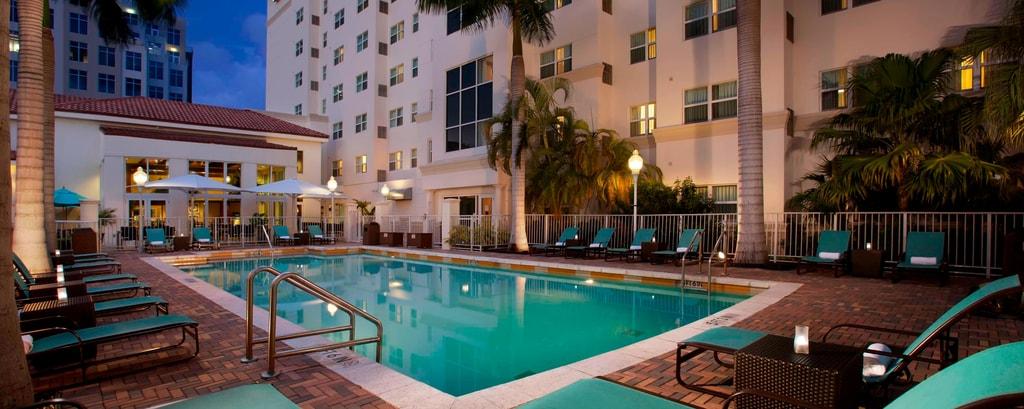 Hôtel avec piscine extérieure à Aventura