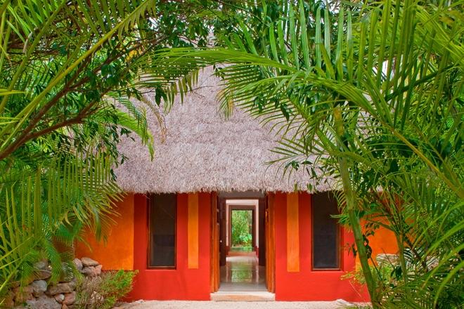 Fachada de la Villa Maya