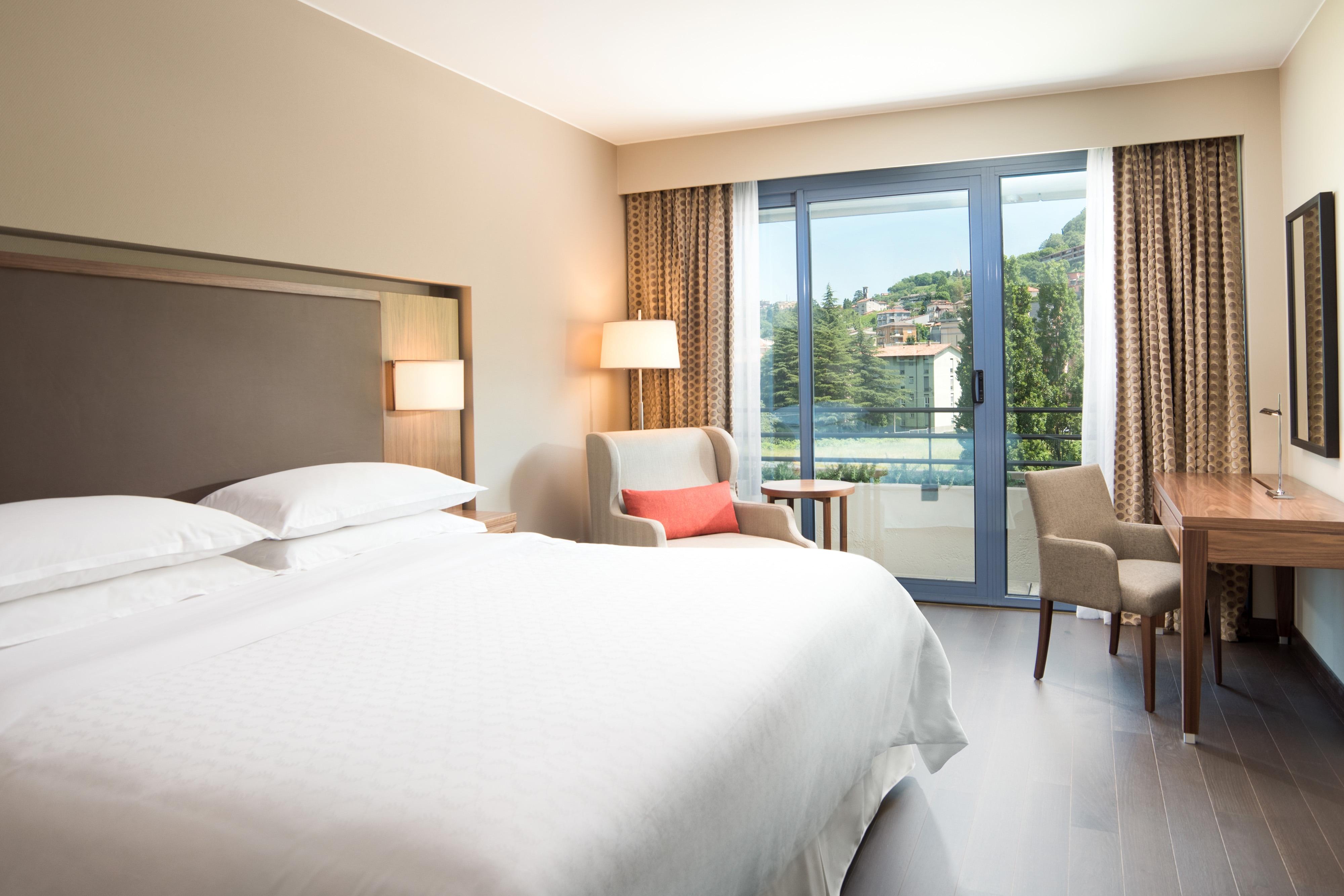 Chambre Deluxe avec lit king size et vue sur la piscine