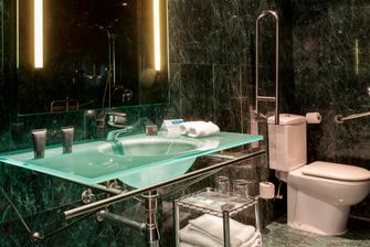 Baño accesible en el AC Hotel Murcia