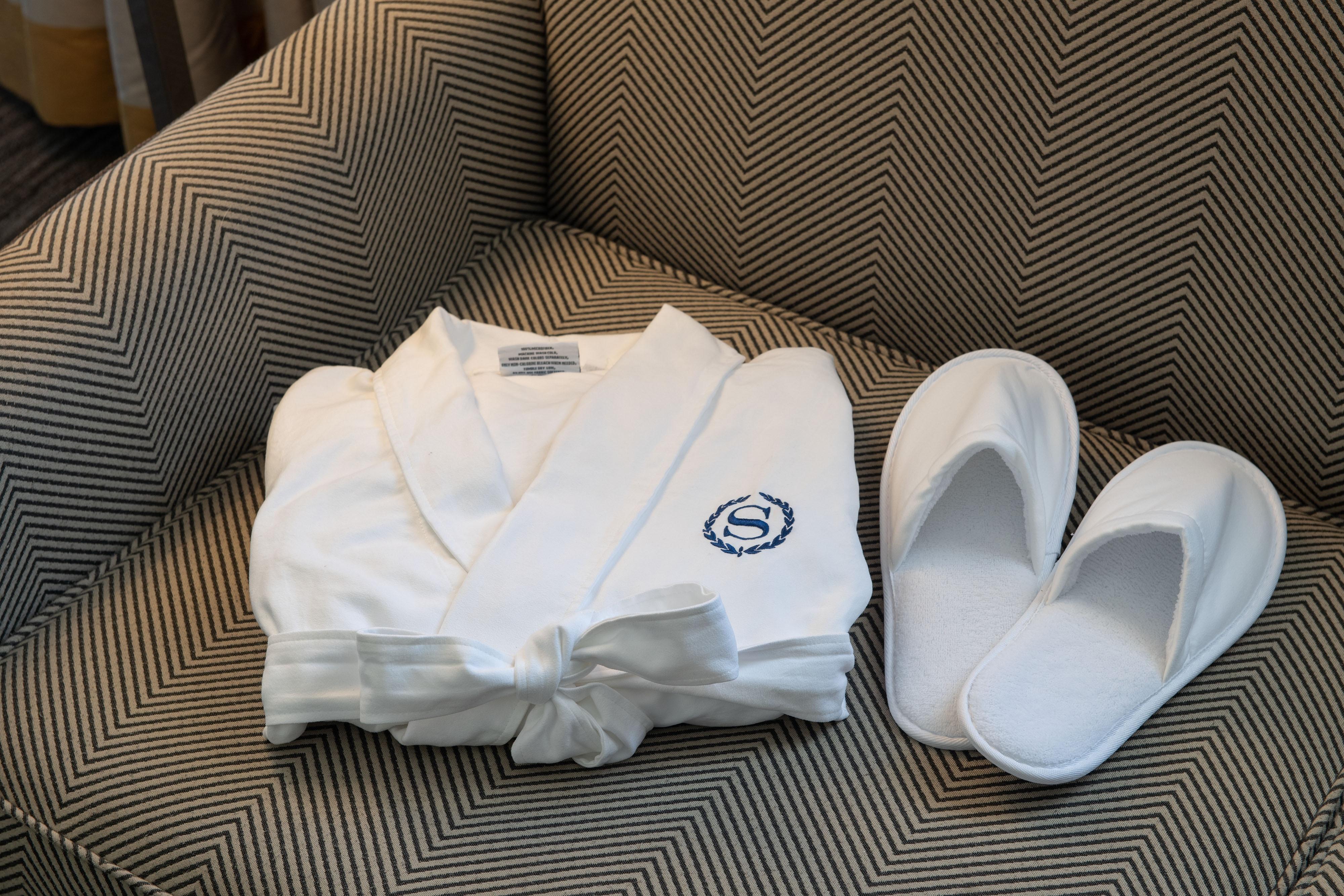 Annehmlichkeiten des Gästezimmers – Bademantel & Hausschuhe