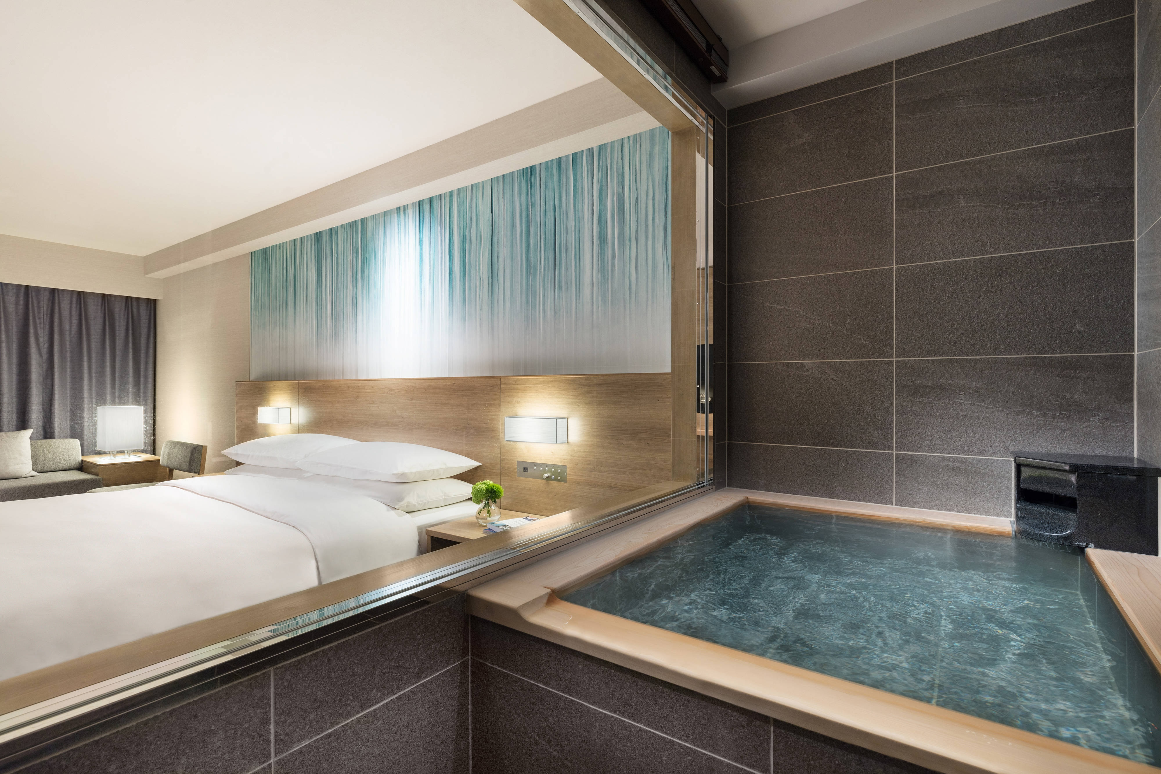 Premium-Gästezimmer mit zwei Doppelbetten und heißer Quelle