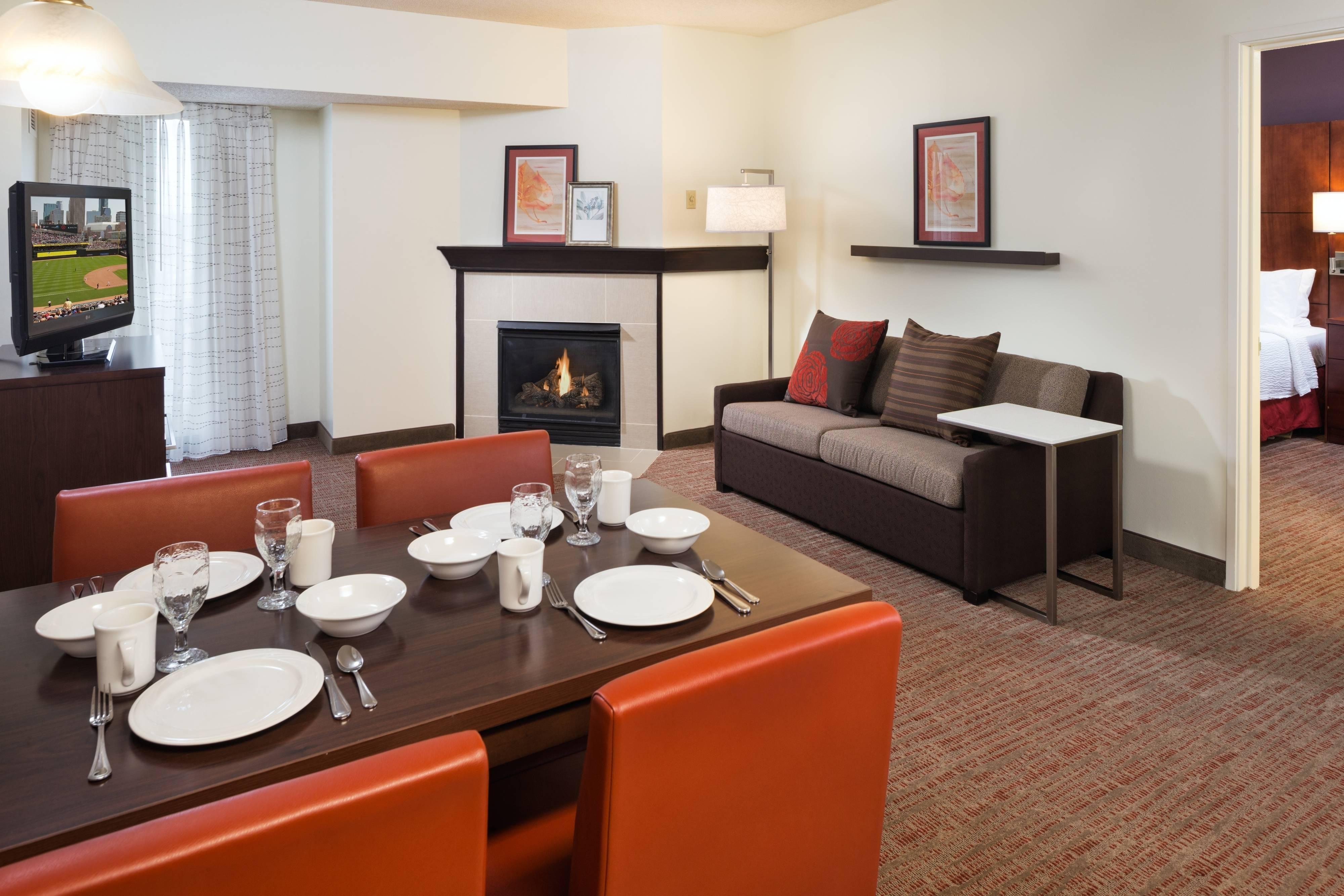 Suite de dos dormitorios con sala de estar con chimenea