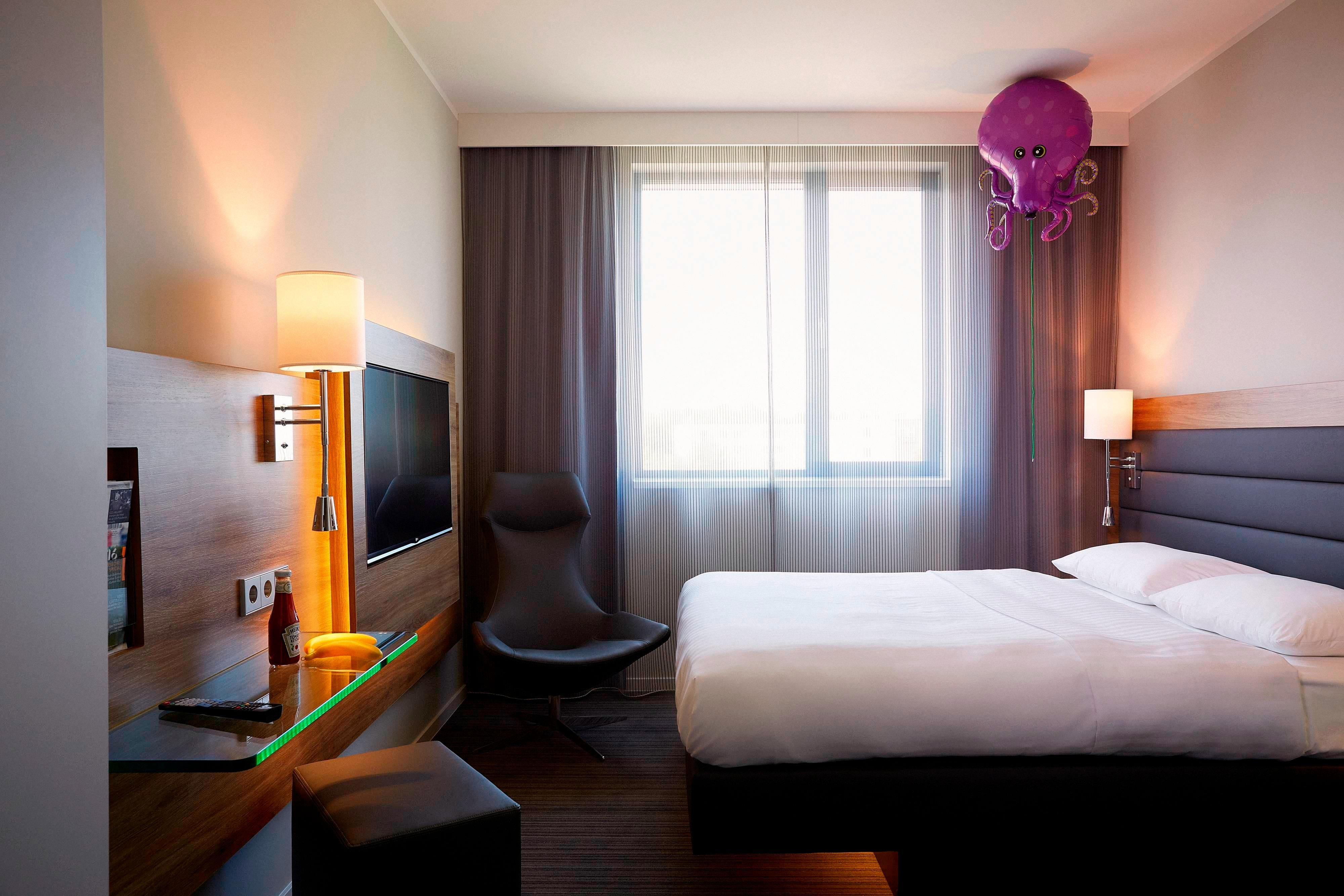 moxy m nchen airport hotel annehmlichkeiten hotelzimmer highlights. Black Bedroom Furniture Sets. Home Design Ideas