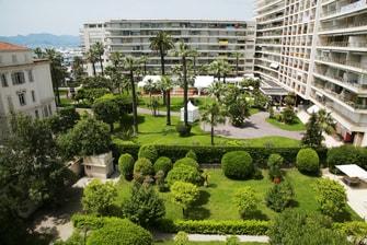 Chambre avec vue sur le jardin de notre hôtel de Cannes