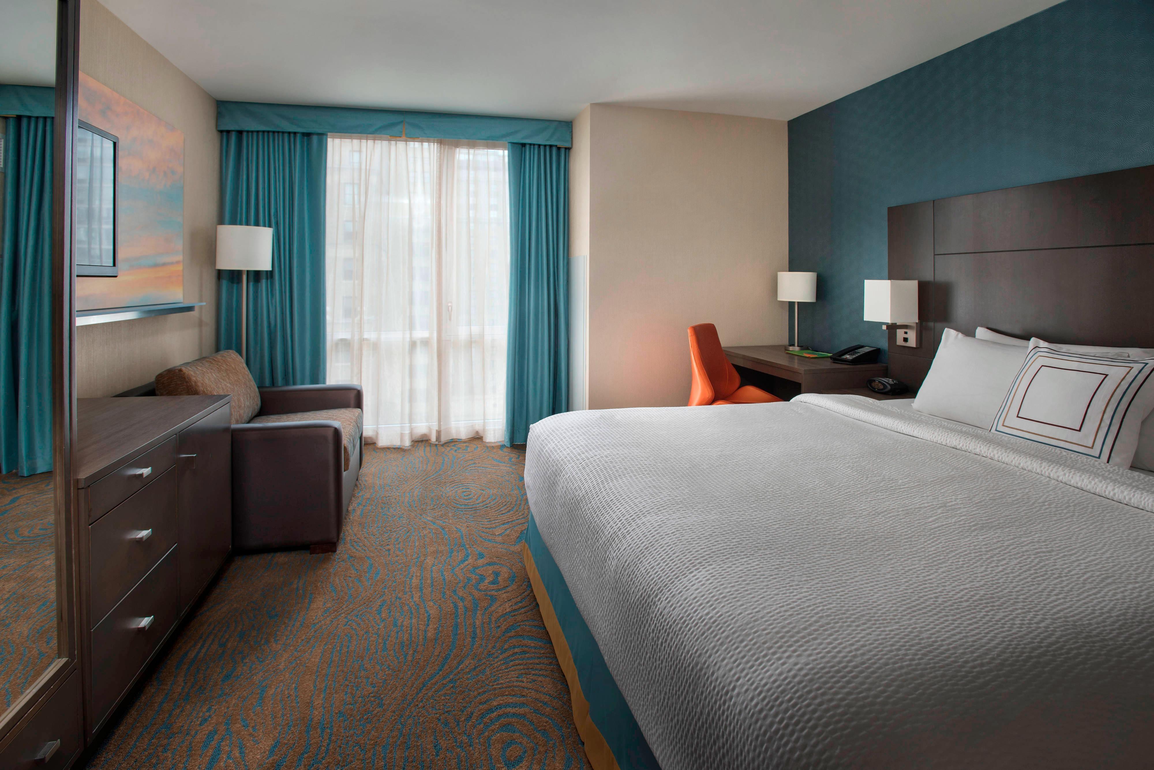 Chambre avec très grand lit et canapé-lit