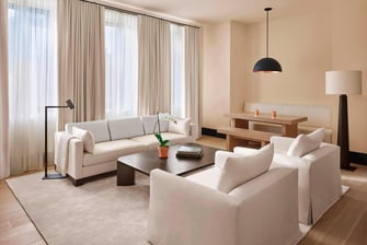 Lujosa suite del hotel The New York EDITION en Madison, en el centro de Manhattan.