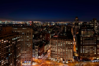 Hotel New York EDITION, vistas al parque Madison Square por la noche.