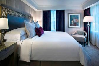 Люкс JW Terrace—спальня с двуспальной кроватью (Queen)