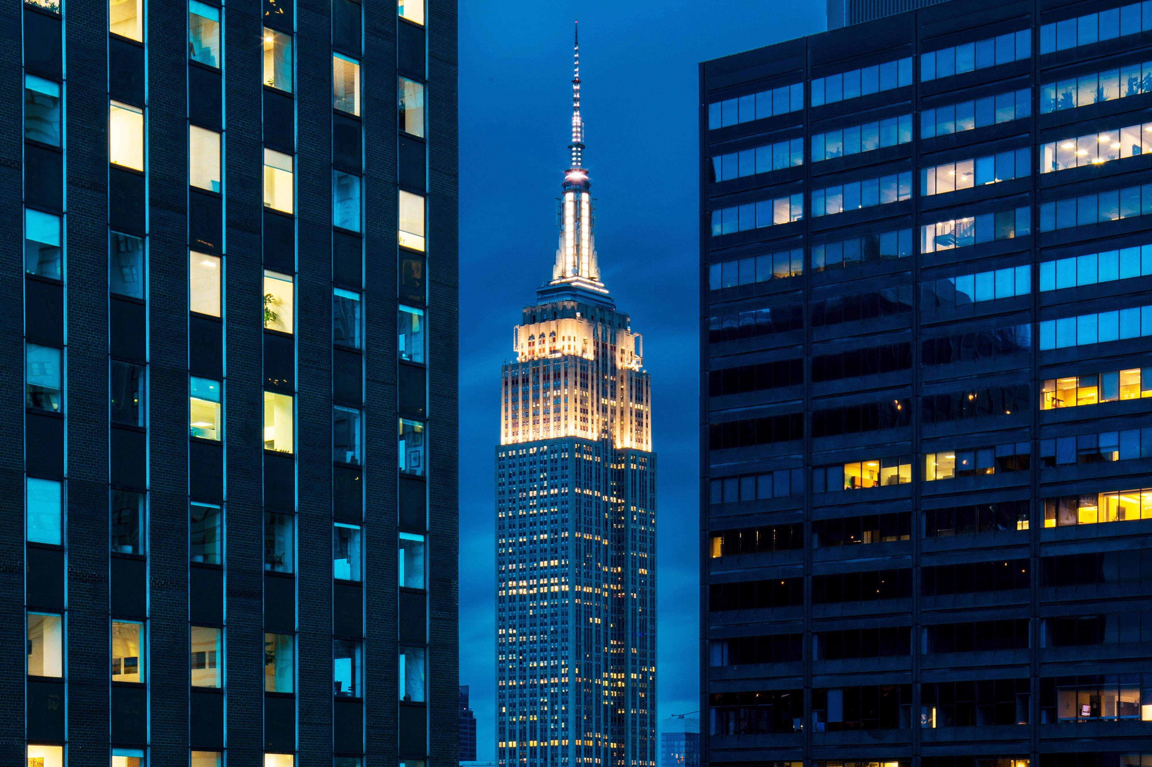 Gästezimmer mit Kingsize-Bett und Ausblick auf das Empire State Building