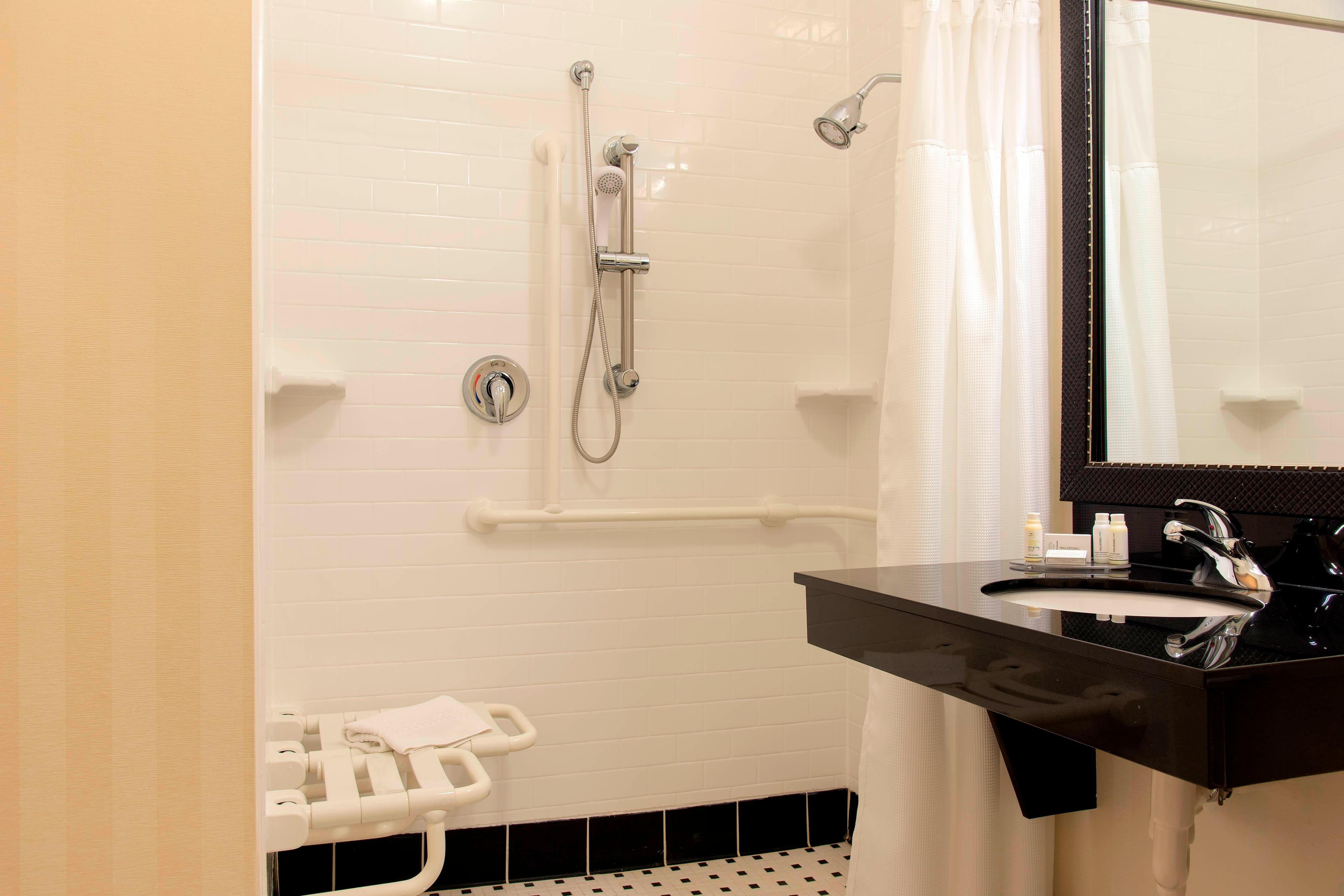 Baño con acceso para personas con necesidades especiales – Ducha con acceso para sillas de ruedas