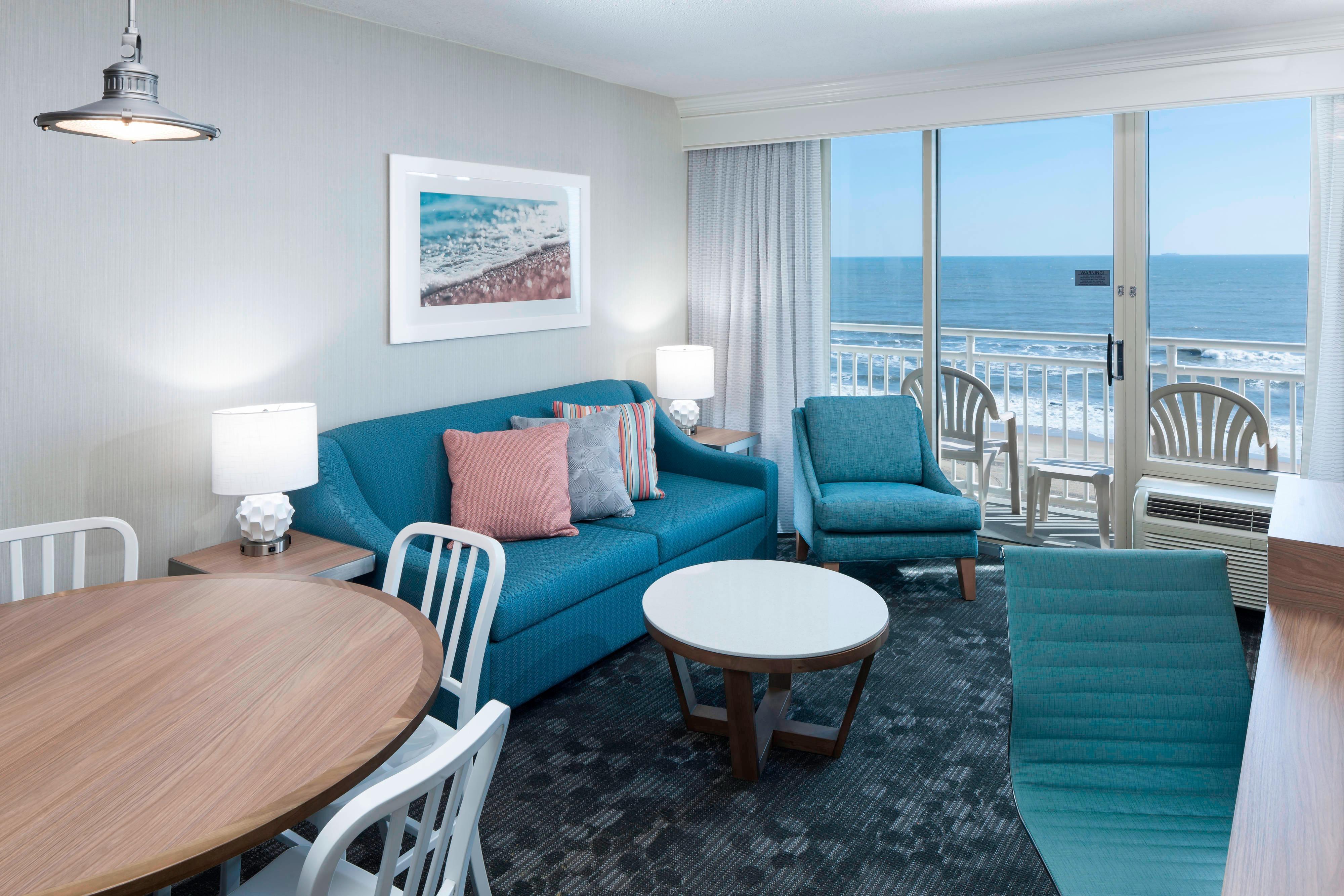 Suite con dos camas Queen frente al mar en esquina - Sala de estar