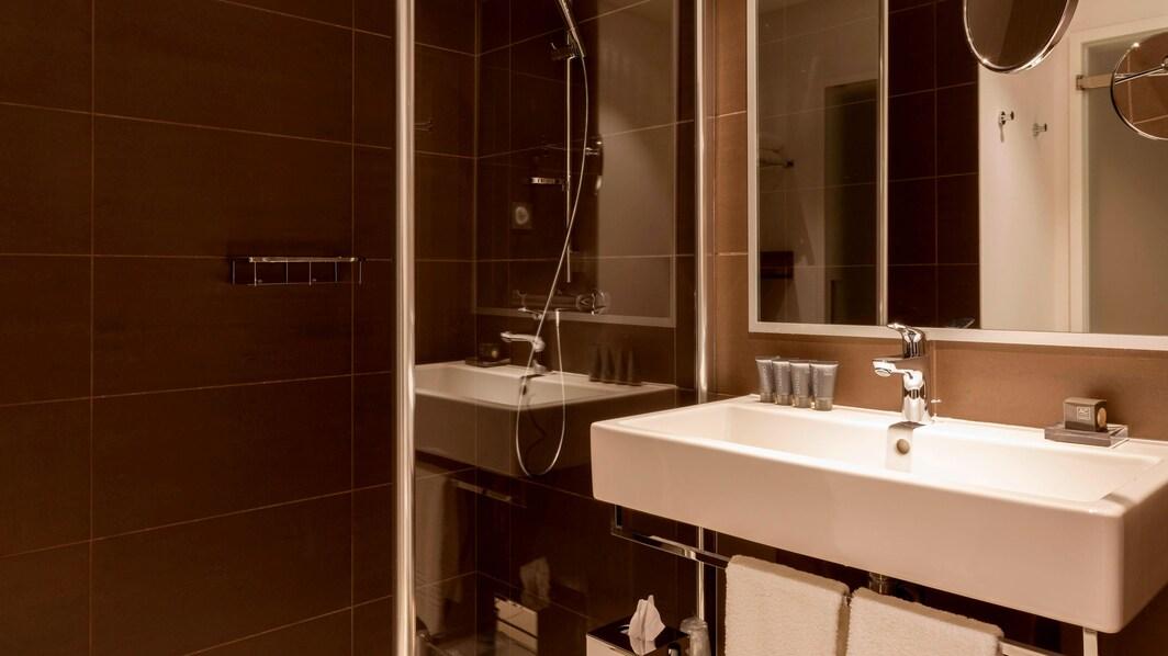 ル ブルジェにあるホテルの客室バスルーム